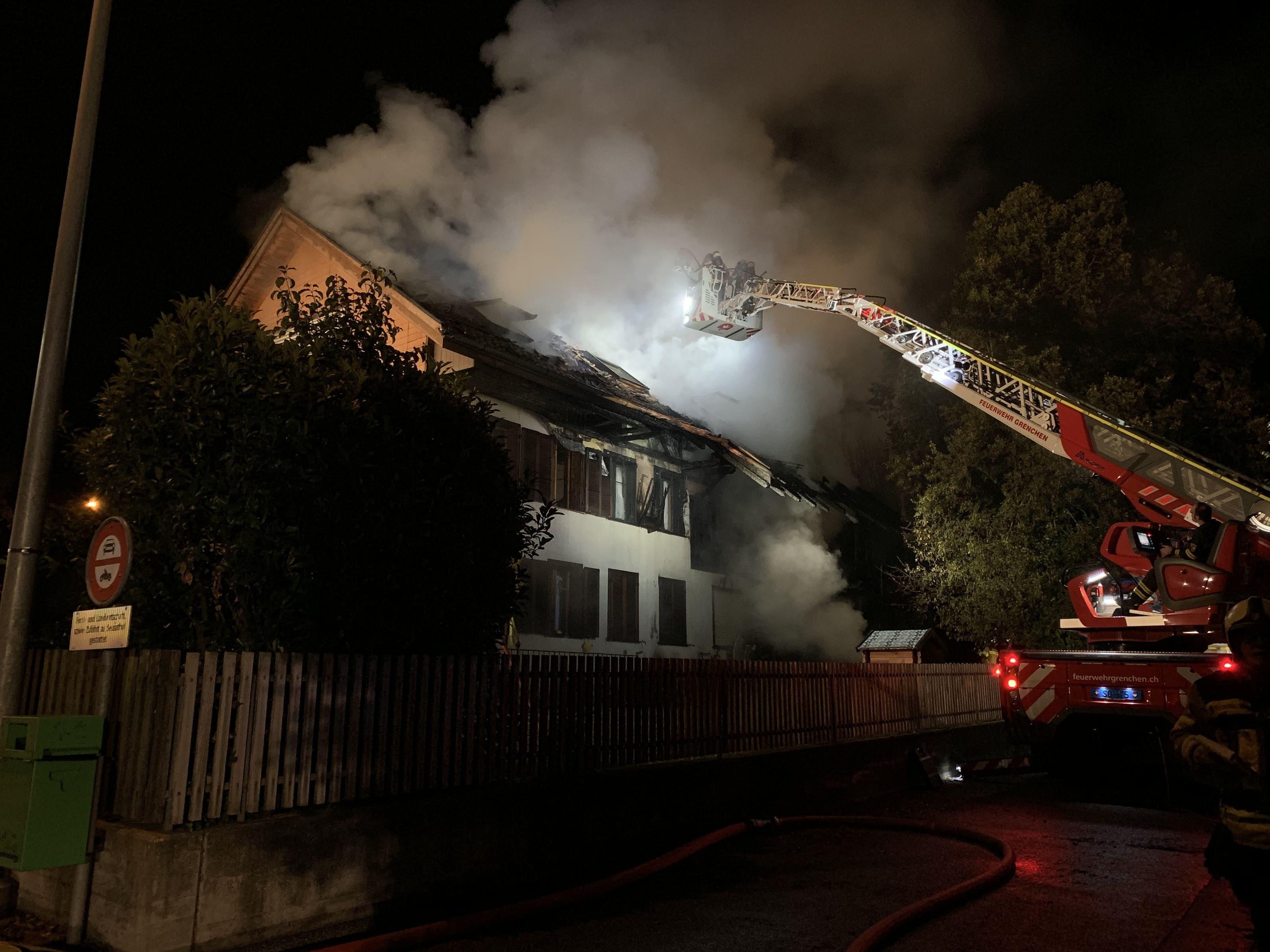 12.Oktober 2019: Das Feuer breitete sich bis in den Dachstock der Liegenschaft aus. Das Haus war danach unbewohnbar.