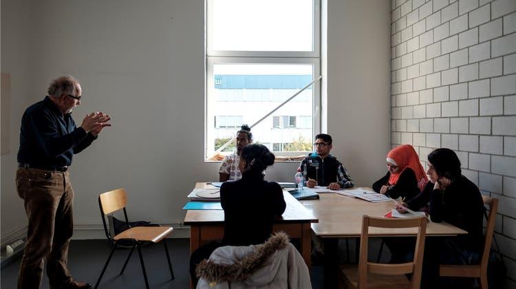 Enge Begleitung führt zu Integration – vier jugendliche Asylsuchende feiern ihren Lehrabschluss
