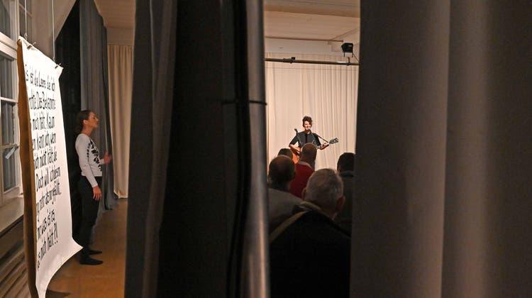 In der Box aus dem Alltag ausbrechen: Künstlerinnen zeigen experimentelle Aufführung