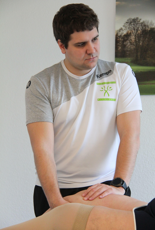 Marino Schmid behandelt eine Patientin mit einem neuen künstlichen Kniegelenk.