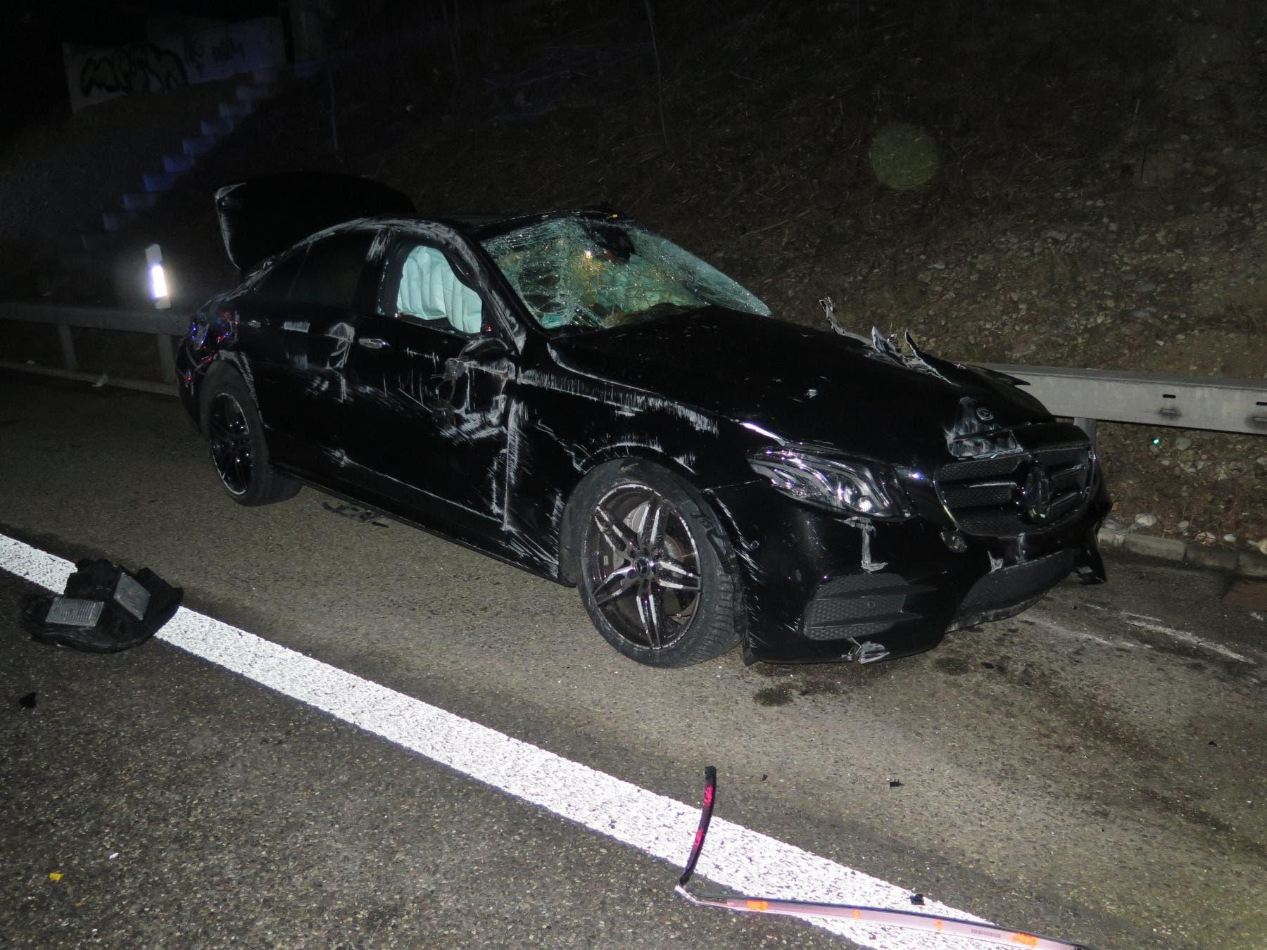 Der Fahrzeuglenker kollidierte frontal mit der Spurtrennungseinrichtung.