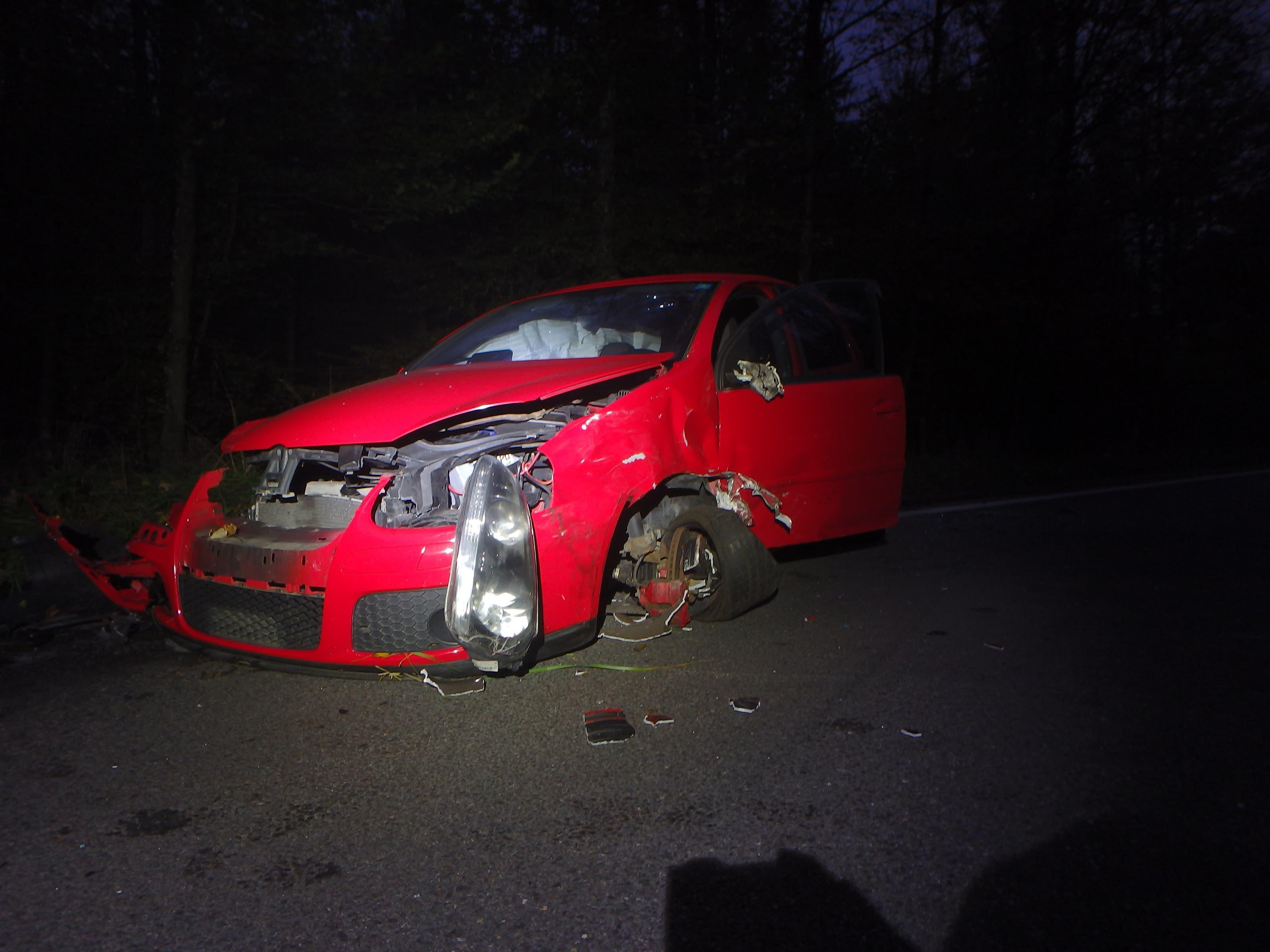 Die 30-jährige Autolenkerin geriet aus noch unbekannten Gründen mit ihrem VW Golf auf die Gegenfahrbahn.