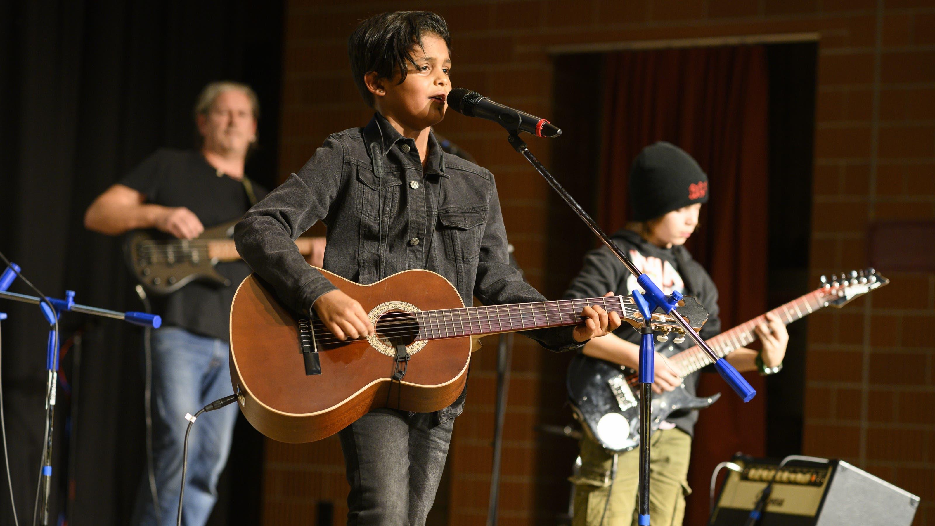 Die Schülerband 4B4 (von links: Musiklehrer Daniel Notter, Sänger Anand und Bassist Nicolas) rockte den Gemeindesaal.