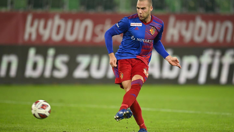 Perfekte Schusshaltung: Pajtim Kasami erzielt den Treffer zum 3:1 für Basel. (Bild: Gian Ehrenzeller/Keystone)