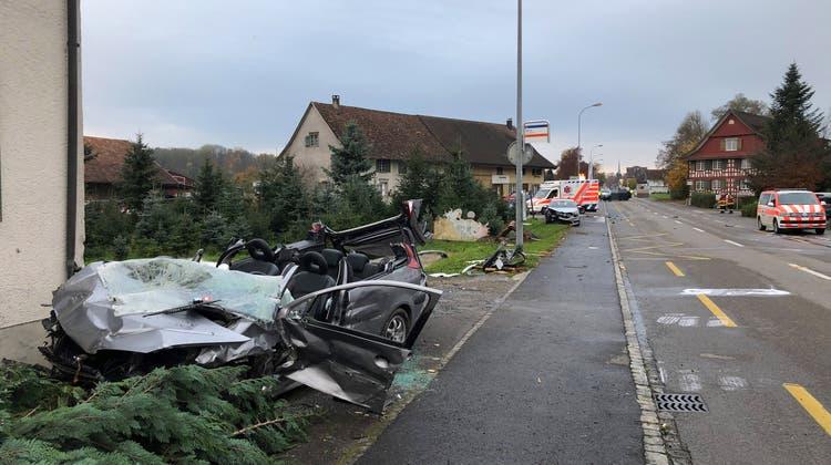 Der Beifahrer wurde im Fahrzeug eingeklemmt und musste von der Feuerwehr geborgen werden. (Bild: Kapo Thurgau)
