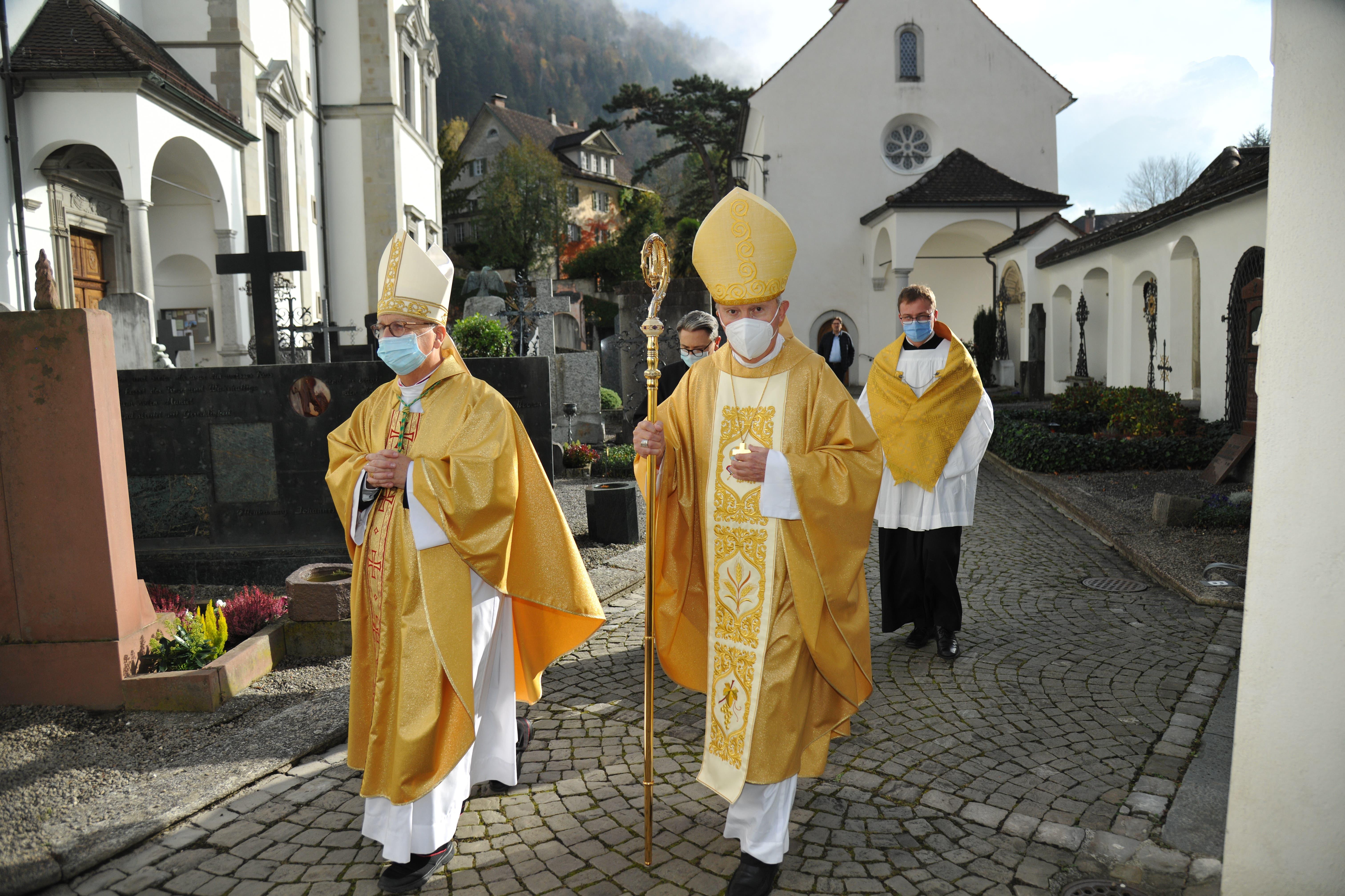 Weihbischof Marian Eleganti (links) und Bischof Peter Bürcher beim Einzug.