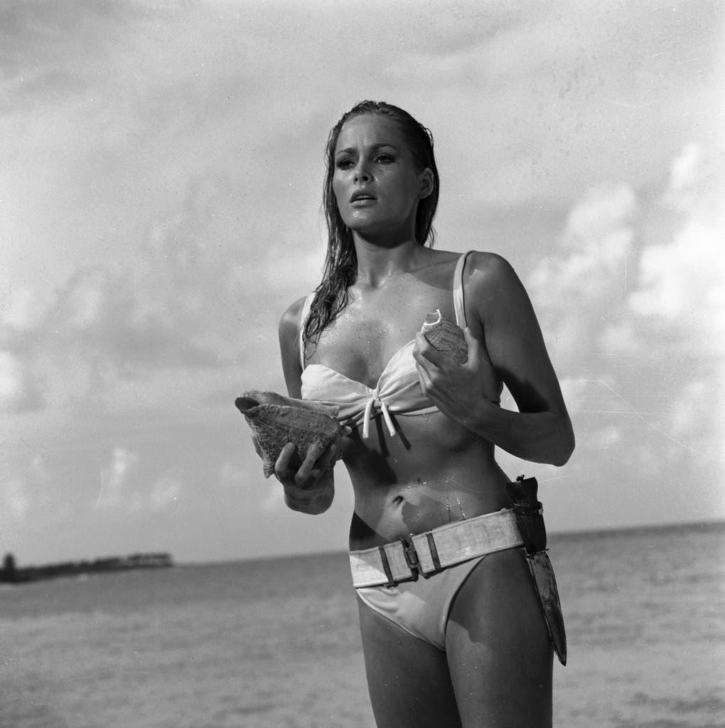 1962: Wurde an Connery Seite als Bond-Girl weltberühmt: Die Schweizerin Ursula Andress.
