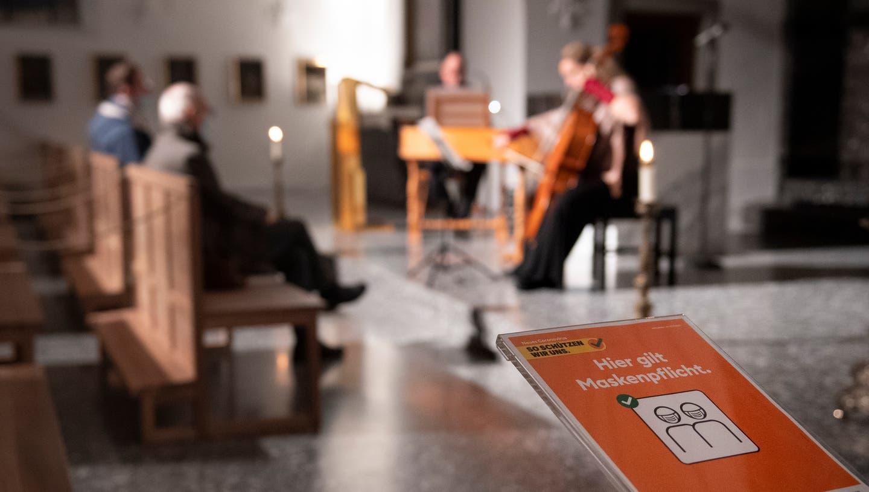 Beate Schnaithmann am Cello und Erwin Schnider am Cembalo spielen in der Peterskapelle in Luzern.