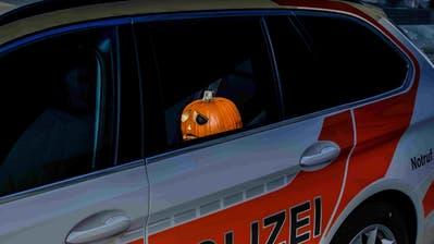 Deutlich weniger Nachtschwärmer als in früheren Jahren waren in der Halloween-Nacht im Freien. (Bild: Kapo SG)