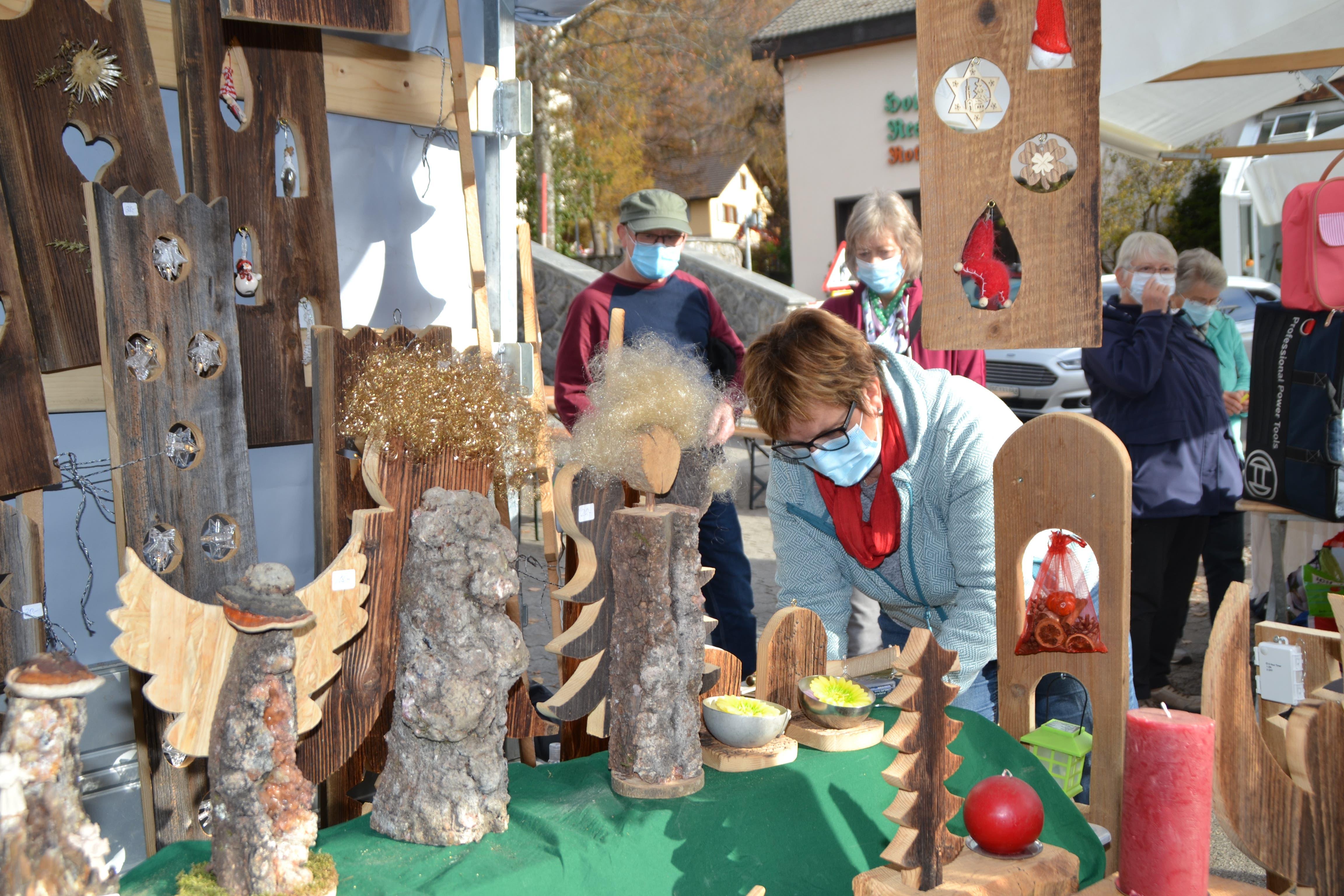 Weihnachtliche Stimmung, auch mit Maske, am Stand von Köbi Hofstetter.