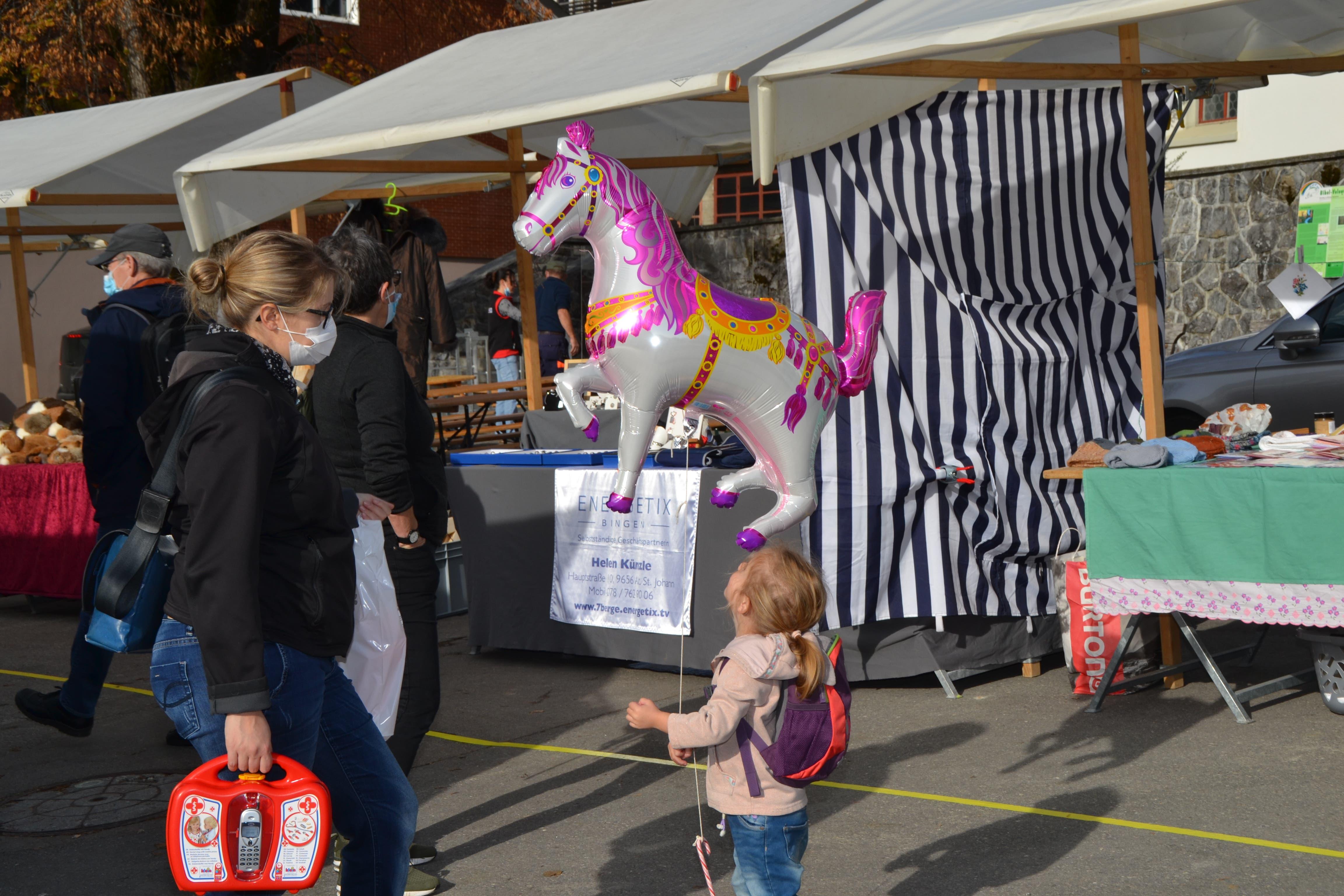 Ein fliegendes Pferd und glückliche Kinderaugen gehören zum Schwiimarkt in Wildhaus.