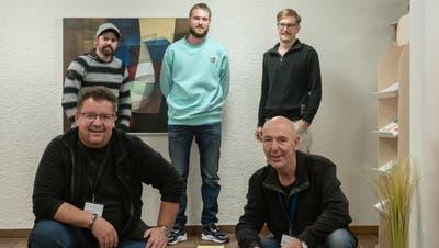 Gemeinsam auf dem Genesungsweg: Andreas Salina (vorne links) und Martin Weyer (vorne rechts) begleiten Chris, Yanis und Andy im Recovery-Seminar. (Bild: Sascha Erni)
