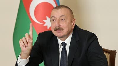 Aserbaidschans Präsident Ilham Alijew mit triumphaler Geste:Unter russischer Vermittlung wurden die Kriegshandlungen mit Armenien für beendet erklärt. (Azerbaijan President's Press Off / EPA)