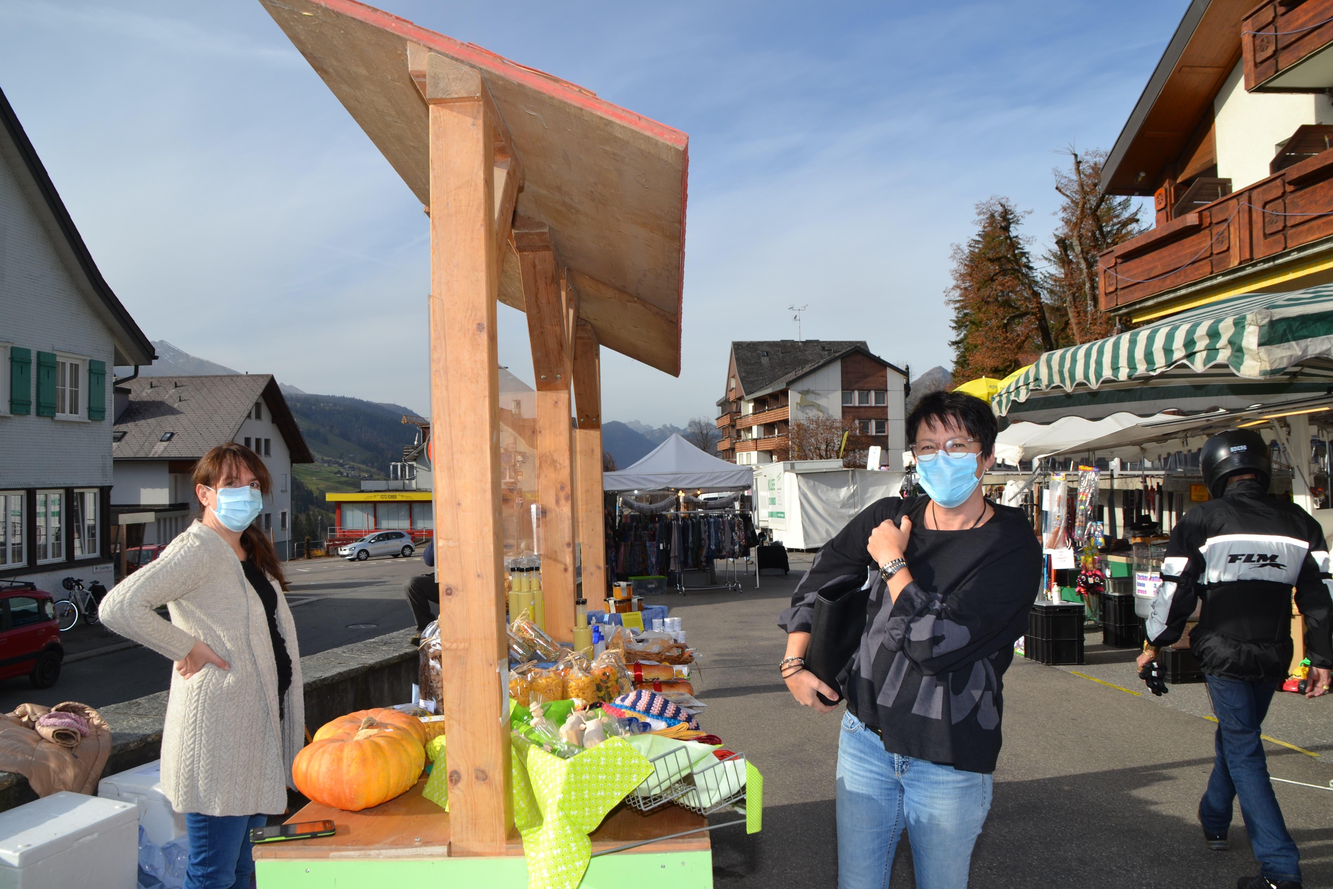 Gute Laune kann auch mit Maske gezeigt werden, wie diese Besucherin bestätigt.