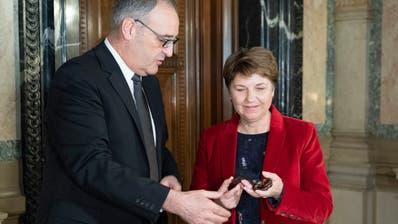 Für ihr Handeln werden sie von der Geschäftsprüfungsdelegation kritisiert: Wirtschaftsminister Guy Parmelin und Verteidigungsministerin Viola Amherd. (Keystone)