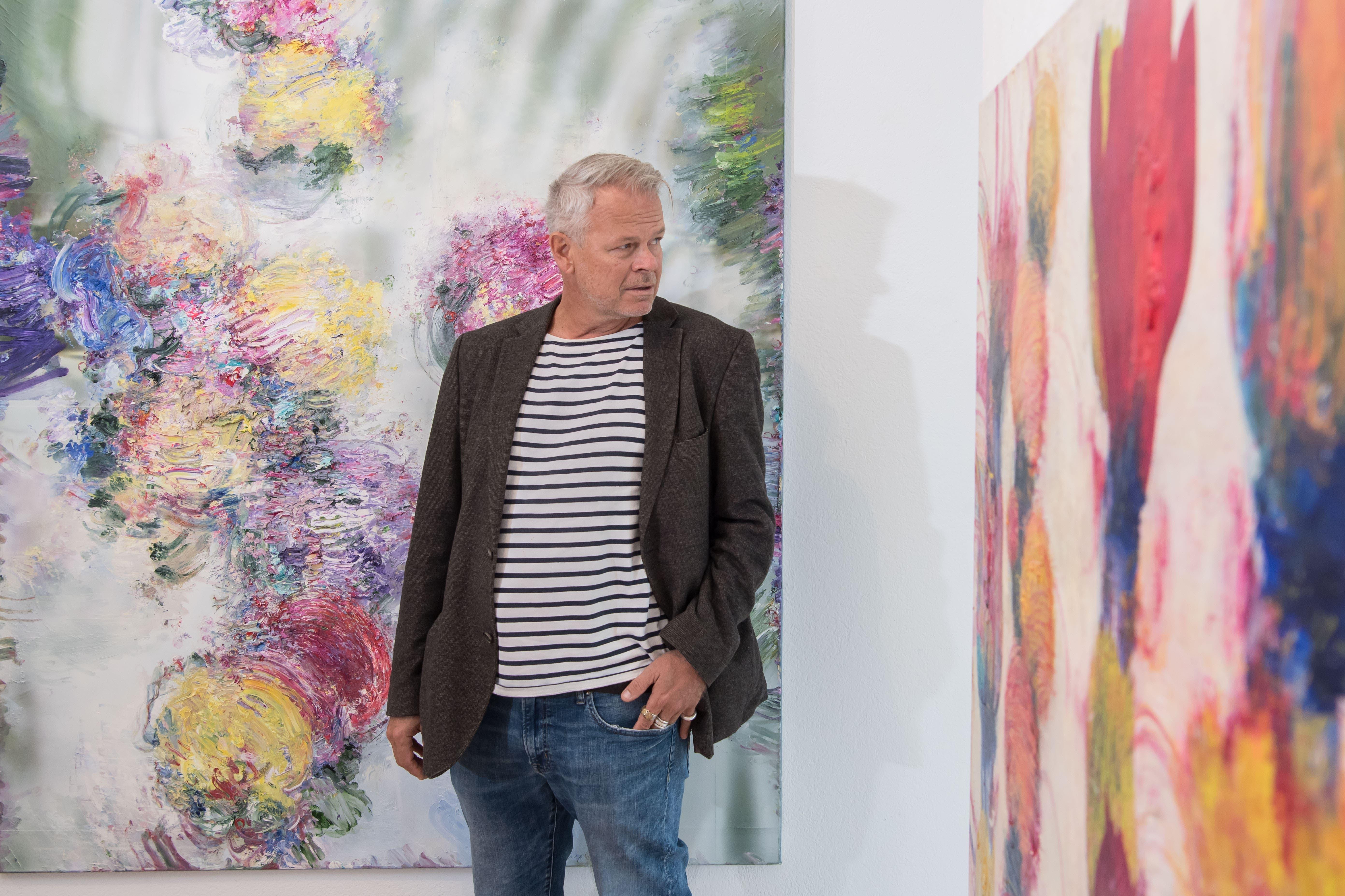 Lorenz Spring, Kunstschaffender aus Bern, inmitten seiner in Ölfarben geschaffenen und gefassten Blütenpracht.