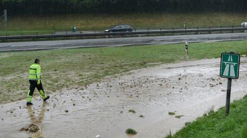 Starker Regen überflutete im Sommer 2015 die Autobahn A1 bei Wil. (Bild: Ralph Ribi (14. Juni 2015))