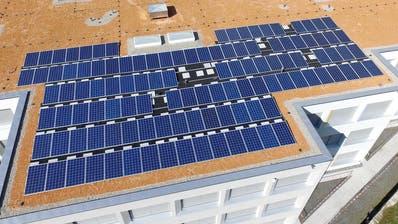 Solaranlagen wie auf dem Dach desGräwimattschulhausesin Schattdorf sollen im Kanton Uri viel mehr zu sehen sein. (Archivbild: Urner Zeitung)