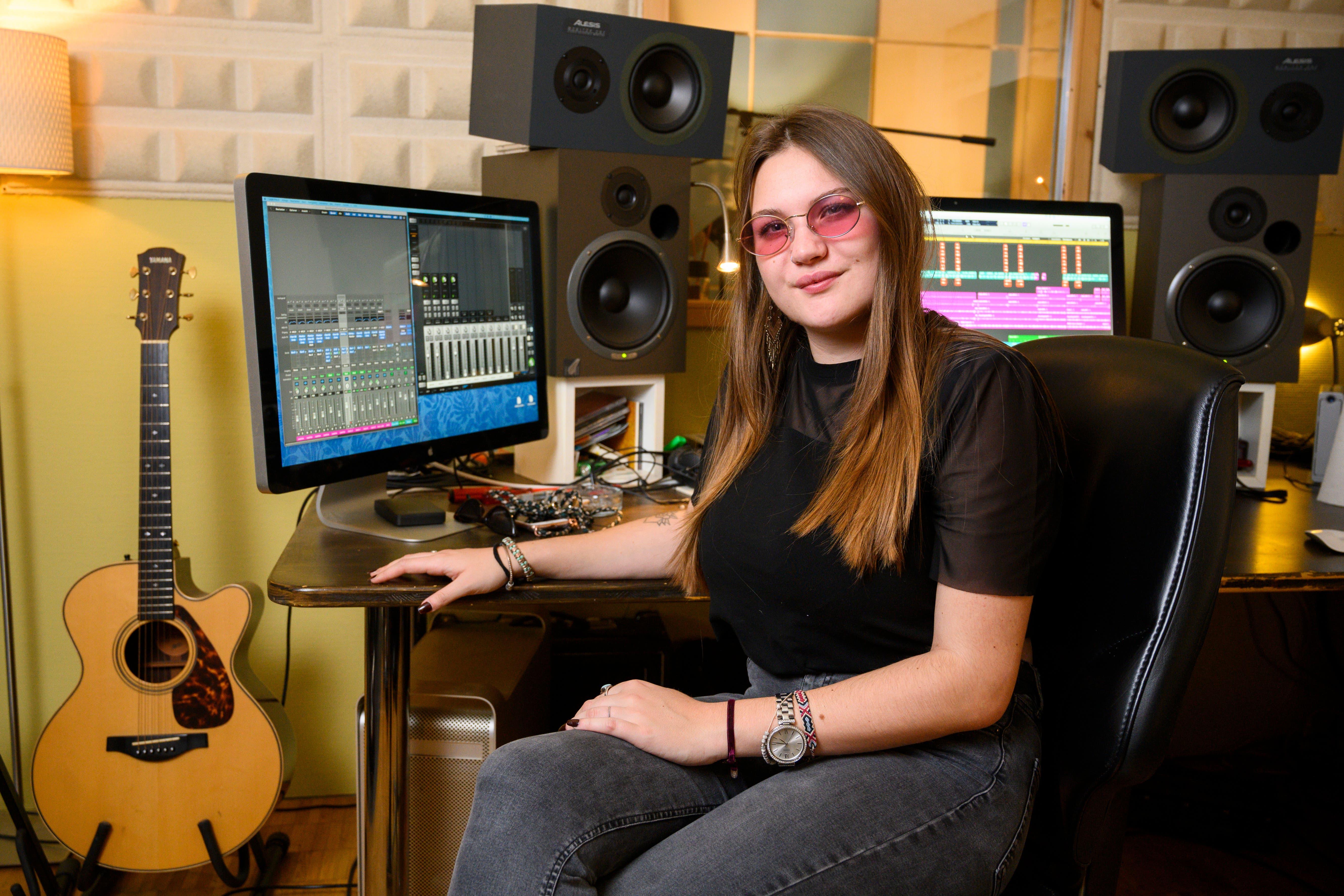 Nina Caruso hat als Maturarbeit an der Kanti Baden eigene Song komponiert, eingespielt und als EP veröffentlicht, Carusosounds, Brugg. 22. November 2019.