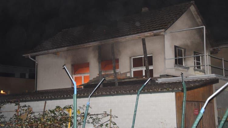 Feuer bricht in einem unbewohnten Einfamilienhaus aus