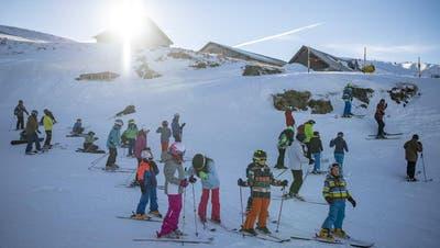 Viele Schulkinder müssen dieses Jahr auf das gemeinsame Snowboarden verzichten. (Bild: Benjamin Manser)
