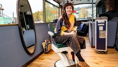 Haareschneiden in einem Flughafen-Shuttlebus - im Basler Hafen ist das neu möglich