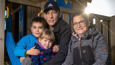 Die Familie gibt Kraft: Fabienne und Michael Bossert mit ihren beiden Kindern Luina (3) und Yannick (5). (Bild: Boris Bürgisser(9. November 2020))