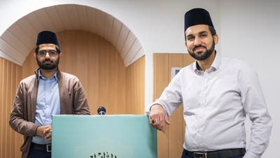 Der abtretende und der neue Imam von Bonau: Faheem Khan und Faiz Khan im Gebetsraum der Männer in der Nuur Moschee. (Bild: Andrea Stalder)