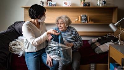 Bewohnerin Silvia Kellenberger richtet sich im neuen Zuhause ein. Die Frau ihres Neffen hilft ihr beim Auspacken. (Bild: Michel Canonica (11. November 2020))
