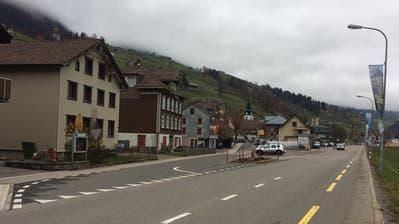 Die Einfahrt von der Dorfstrasse in die Kantonsstrasse in Alt St.Johann wird verlegt. Die Einmündung kommt bei der alten Post (gelbes Gebäude) zu liegen. ((Bild: Sabine Camedda))