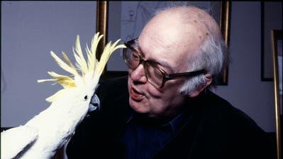Friedrich Dürrenmatt hatte nicht nur sein Leben lang Hunde, sondern auch viele Vögel. Hier 1980 mit seinem Kakadu Lulu. (Bild: Getty Images)