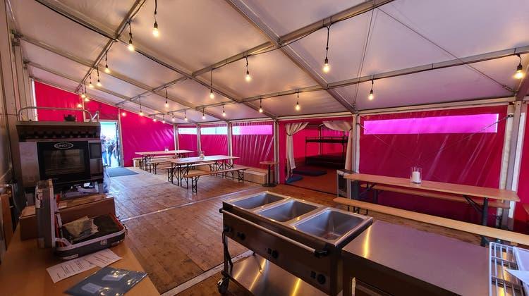 Die Notschlafstelle Pfuusbus wurde um ein Zelt erweitert, um Obdachlosen zusätzlichen Schutz zu bieten. (SWS)