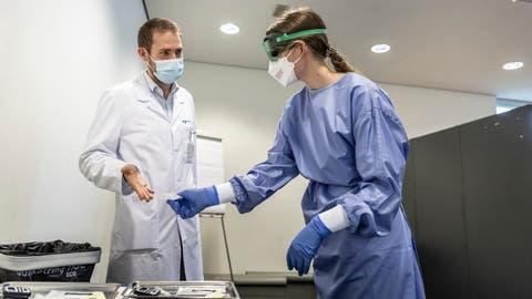 Alexander Schmidtke und Maria Timm (rechts) im Schnelltestzentrum der Spitalcampus Apotheke AG in Münsterlingen. (Bilder: Andrea Stalder)