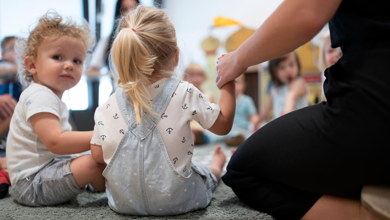 Eltern bezahlen im Kanton St. Gallen zwei Drittel der Kitabetreuungskosten selber. Mit dem neuen Gesetz sollen sie finanziell etwas entlastet werden. (Gaetan Bally/KEYSTONE)