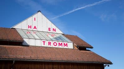 Kunst made in Appenzell: Textarbeit von Karin Karinna Bühler (Giebel) und «Liegende Acht III» von Beatrice Dörig (Fenster). (Bilder: Tobias Garcia)