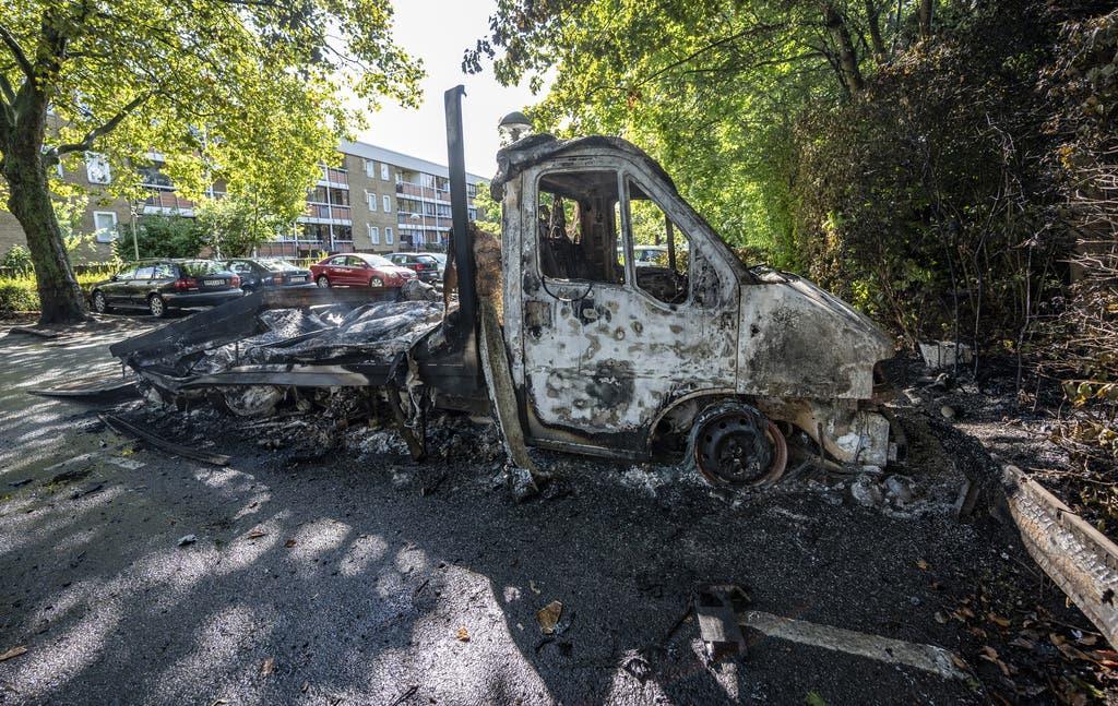 Die Erregung der Menge steigerte sich, als es hiess, ein Koran sei verbrannt worden. Es wurden Fahrzeuge angezündet und es kam zu Auseinandersetzungen zwischen der Polizei und den an den Protesten beteiligten Personen.