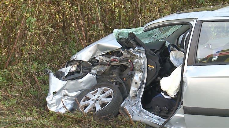 Nach Kollision zwischen Auto und Lastwagen: Beide Autoinsassen werden ins Spital geflogen