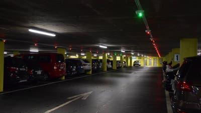 Im Ländli-Parkhaus zeigen grüne Ampeln die freien Parkplätze an – 100'000 Franken kostet diese Neuerung