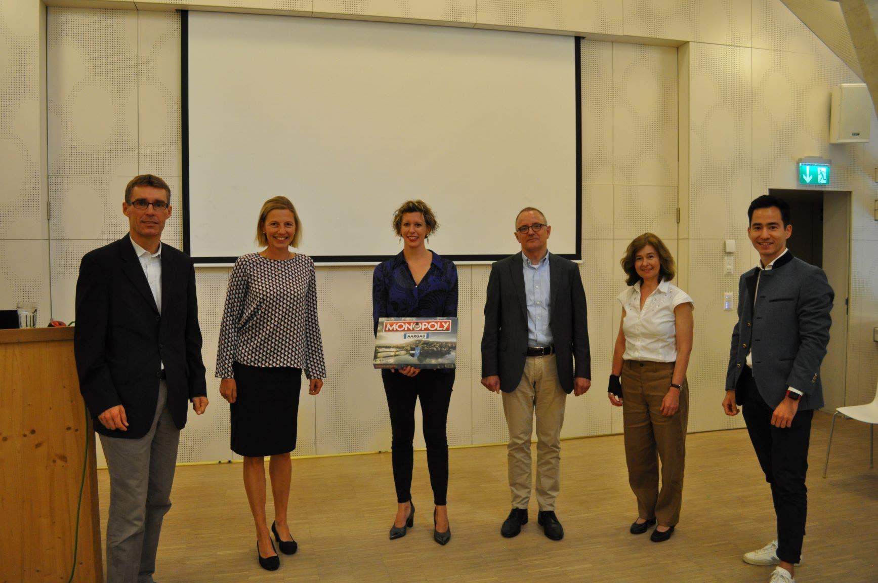 Grossratskandidaten- und kandidatinnen mit Unternehmerin Miriam Ragaz-Gassler v.l.n.r. die beiden Grossräte Lukas Pfisterer und Suzanne Marclay-Merz, Referentin Miriam Ragaz-Gassler, Stadtpräsident Hanspeter Hilfiker (alle FDP) sowie Brigitte Schwaller (CVP) und Jannick Berner (FDP).