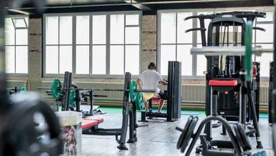81-Jähriger trainiert trotz Coronagefahr – trotzdem fehlen den Aargauer Fitnesscentern die Besucher