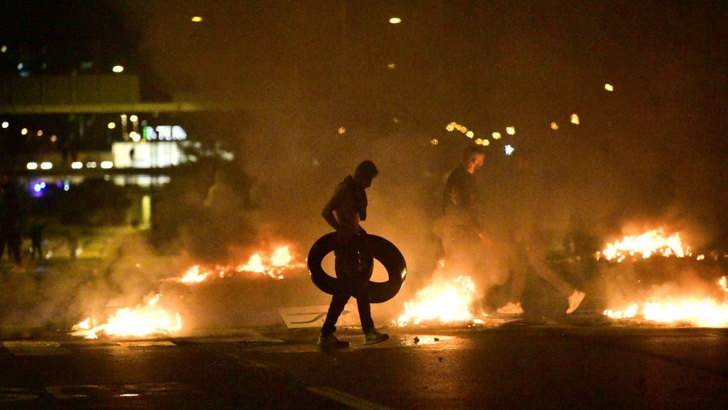 Etwa 300 Menschen hatten im Einwandererviertel Rosengard Autos und Reifen in Brand gesetzt und die Polizei und Rettungskräfte mit Steinen beworfen.