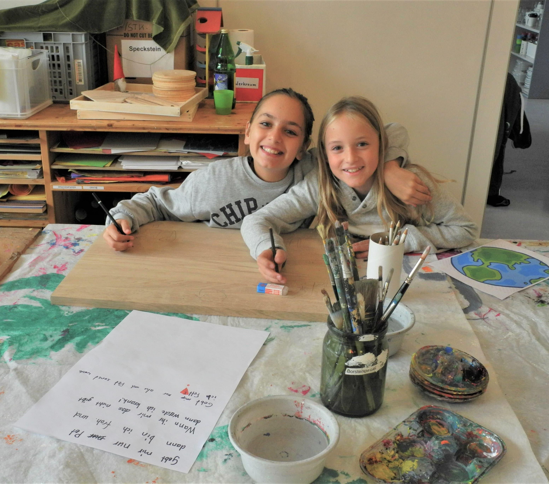 Daneben durften die Kinder kreativ sein und erstellten PET-Recycling-Infoschilder.