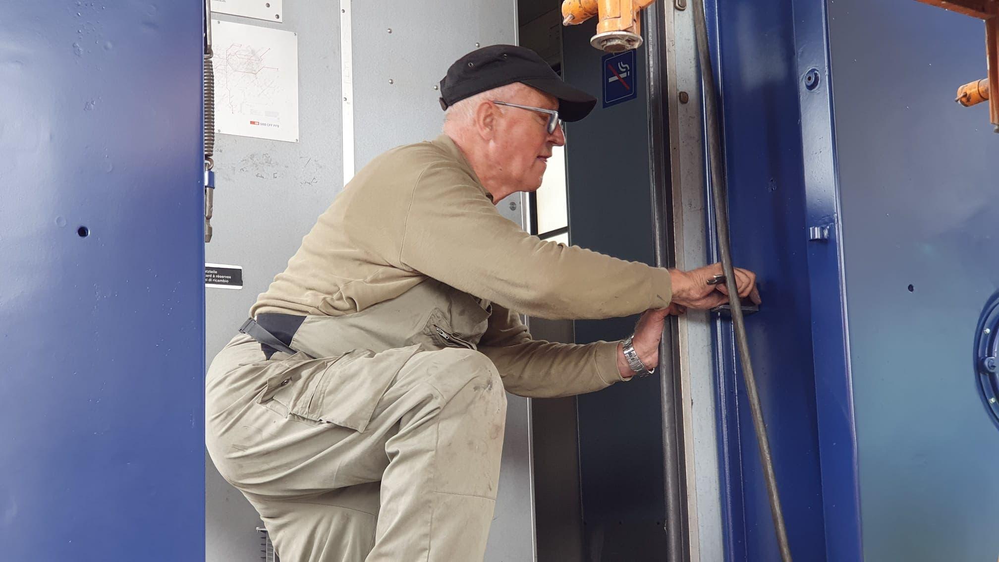 Ehemaliger Wagianer im Element 35 Jahre nach der Betriebsschliessung in Schlieren und auch längst nach der Pension bleiben sie in ihrer Freizeit stolze Wagi-Arbeiter.
