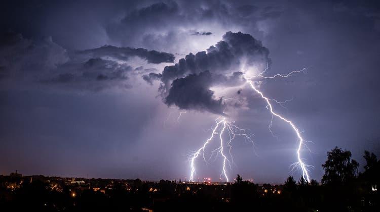 Starkes Gewitter fegt über die Region Basel: Unwetterwarnung der Stufe Rot gemeldet