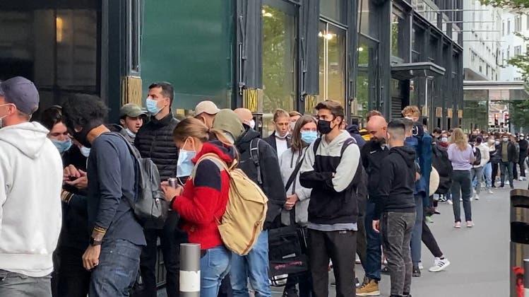 Fans standen am frühen Morgen Schlange vor Jelmoli – Federer-Sneaker sind bereits ausverkauft