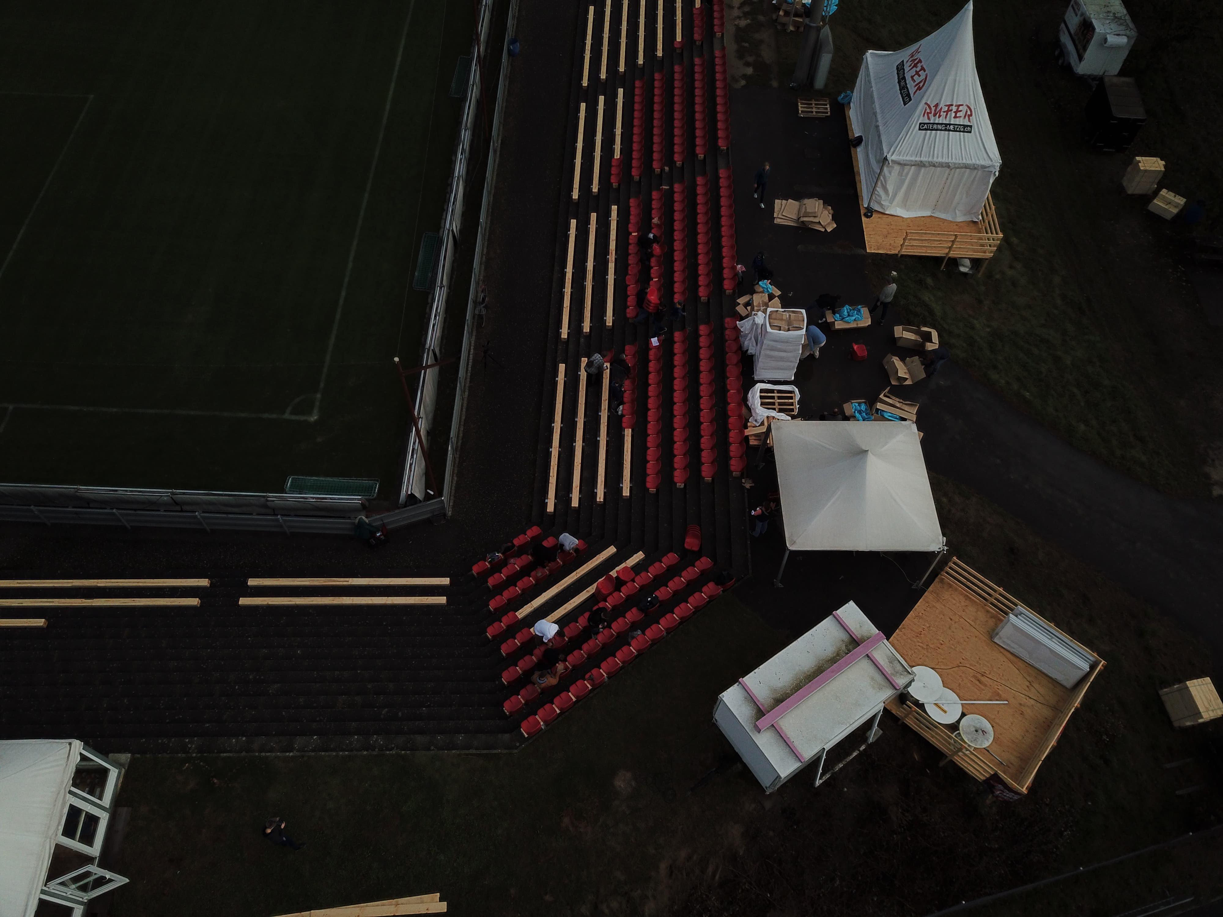 Blick von oben - im Brügglifeld werden die Corona-Sitzplätze montiert (3)