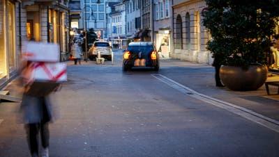 Statt mit Einkaufstaschen, gefüllt mit Waren vom hiesigen Detailhandel, sind Passanten in Rorschach vorwiegend mit Paketen der grossen Onlinehändler anzutreffen. (Bild: Rudolf Hirtl)