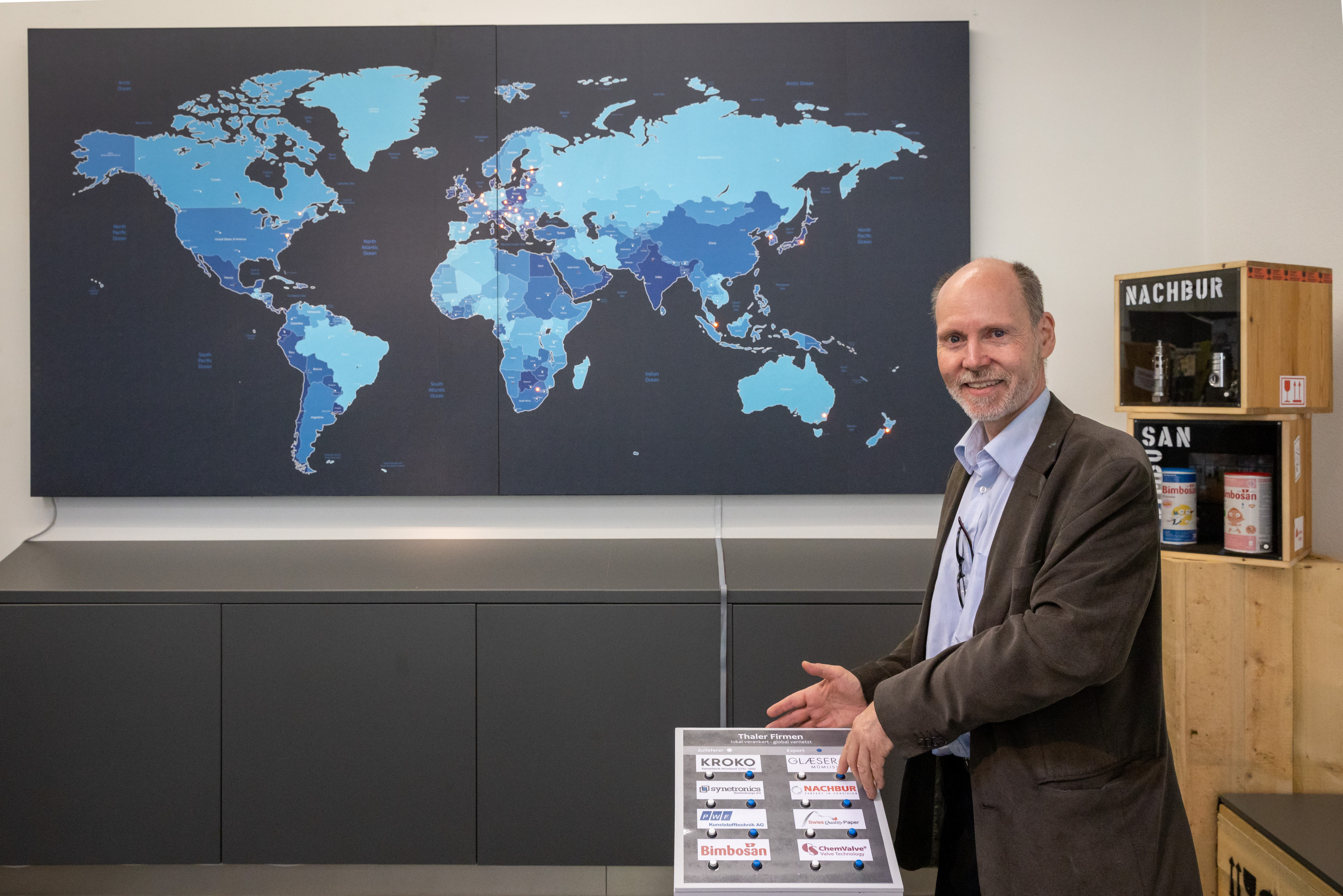 Eine interaktive Weltkarte im Foyere des Museums zeigt den heutigen Welthandel der bestehenden Firmen im Thal.