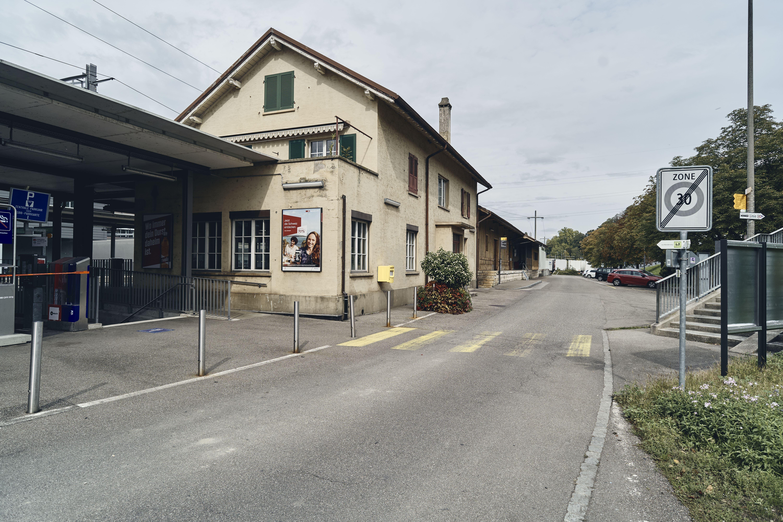 Im ehemaligen Bahnhofsgebäude verkauft jemand Harley-Töffs.