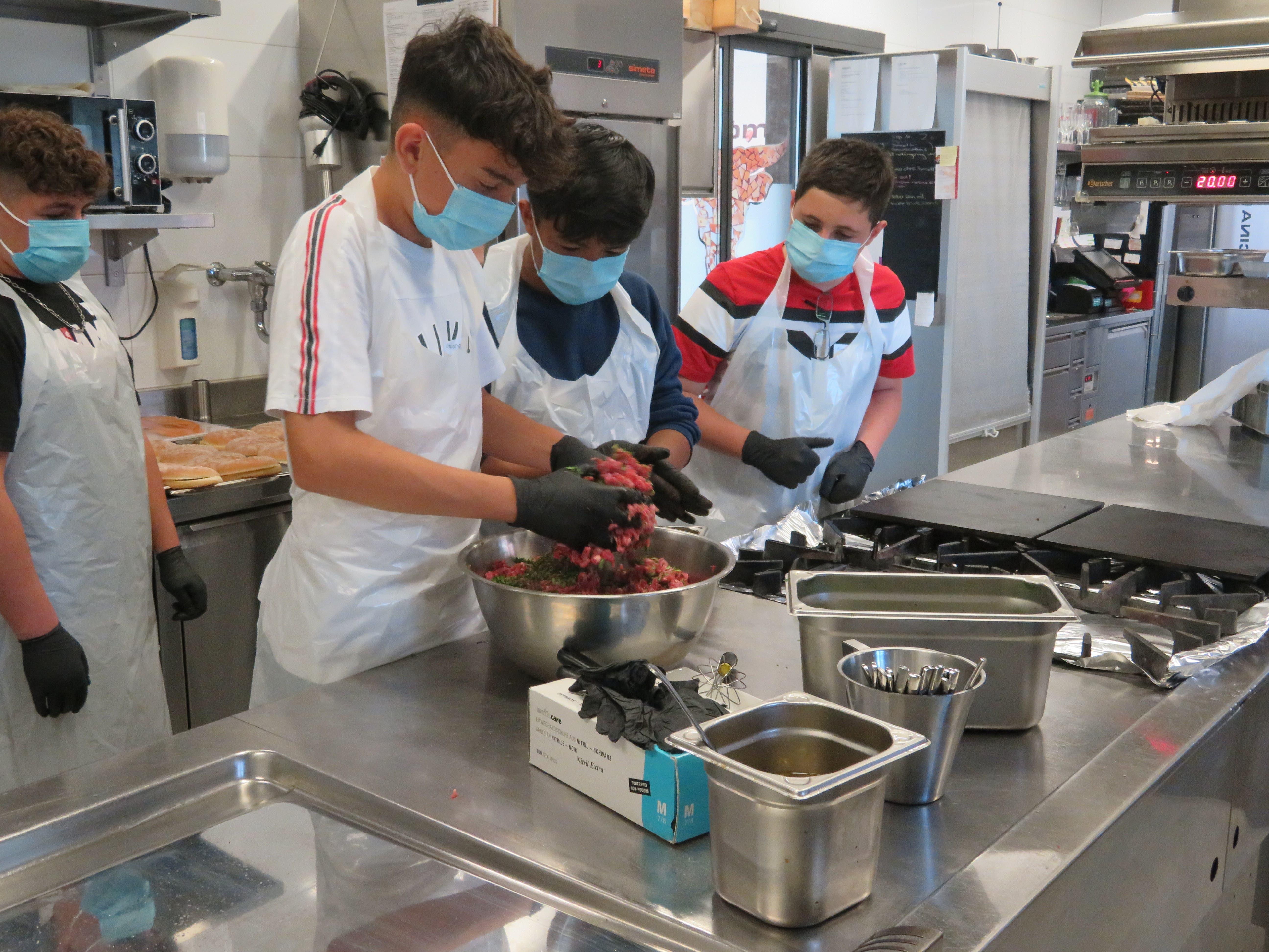 Rund 5 Kilo Rindsghackets verarbeiten die Schüler in der Küche des El Toro in Villmergen zu Hamburgern.